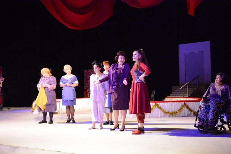 фото з вистави Вісім люблячих жінок